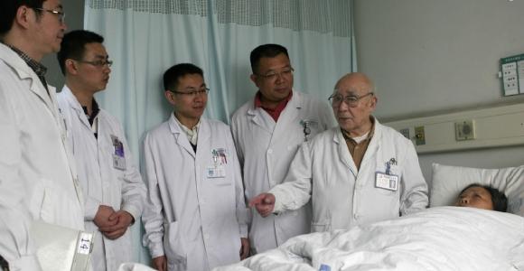 著名专家、老院长潘慈康(右)