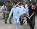 5.12-急救队员在凤凰山机场紧急接诊运送重灾区伤员.jpg