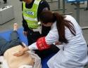 团员青年走上街头开展交通事故医疗救治宣传活动