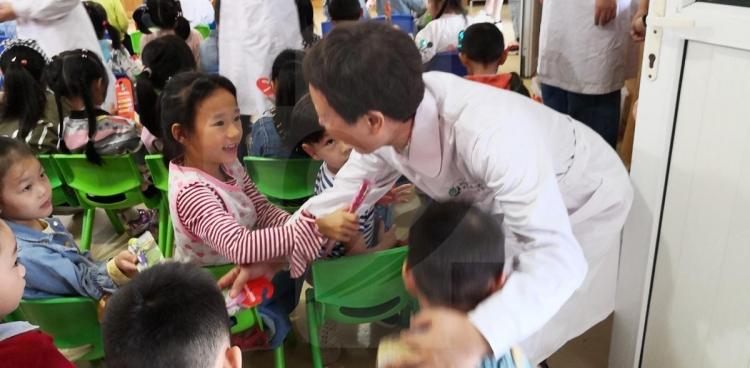 我院爱牙日健康活动走进幼儿园