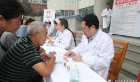 """老年心血管内科举行""""关爱健康,从心开始""""世界心脏日公益活动"""