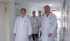 器官移植中心研究所组建者、前任院长邓绍平参加科室讨论